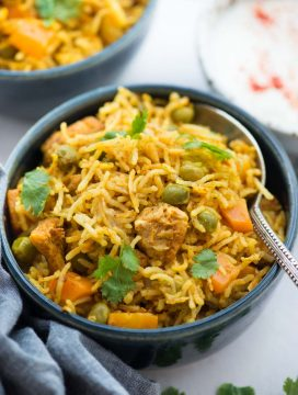 Instant Pot Chicken and rice, curried chicken and rice made in the Instant Pot is flavoured with garlic, ginger and curry powder. Fluffy basmati rice, chicken, carrot, peas, this wholesome meal is definitely going to impress you.