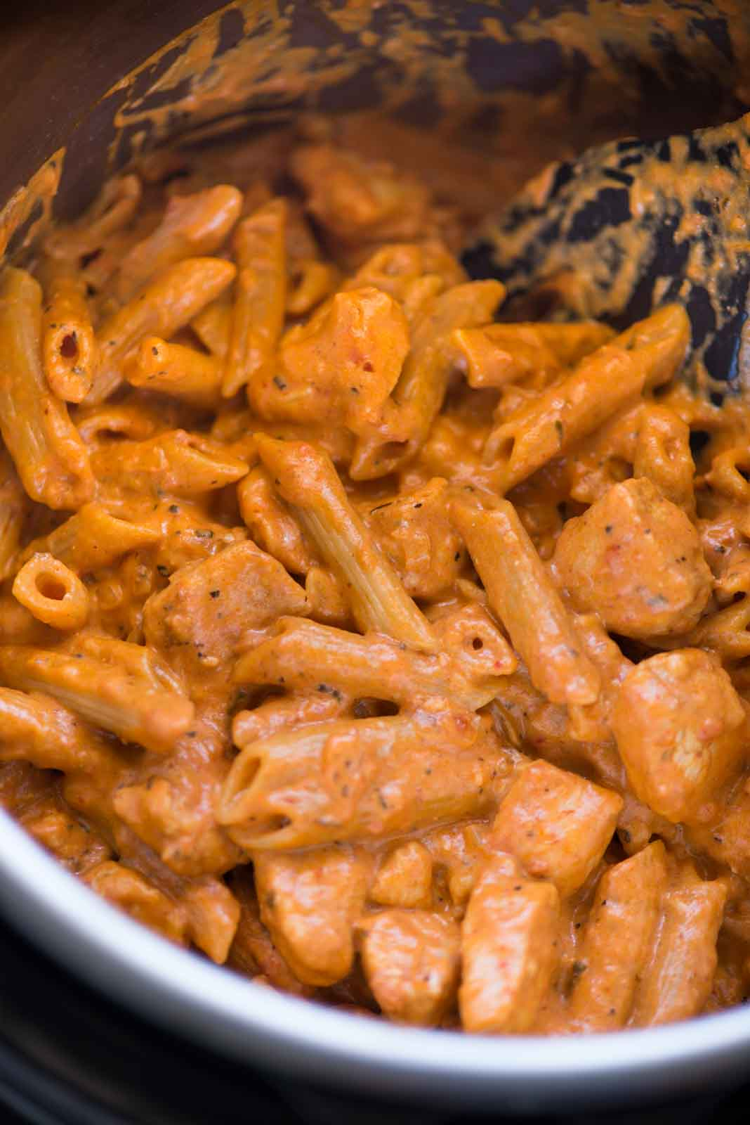 Instant Pot Chicken Pasta in a spicy tomato sauce is incredibly delicious and easy to make. This is a one-pot meal in a true sense and the family is gonna love it.